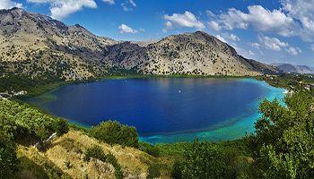 Η λίμνη του Κουρνά είναι η μοναδική μεγάλη φυσική λίμνη στην Κρήτη και βρίσκεται μέσα σε ένα μαγευτικό τοπίο, ανάμεσα σε ψηλά βουνά και καταπράσινους ελαιώνες.