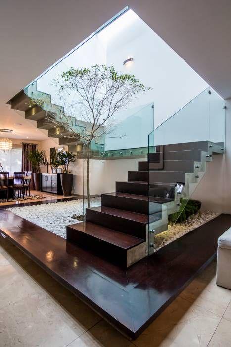 Escalera: Pasillo, hall y escaleras de estilo translation missing: mx.style.pasillo-hall-y-escaleras.moderno por aaestudio