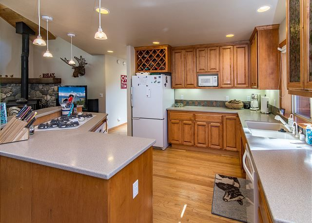 Great Kitchen Getaway -- Experience year-round fun in North Tahoe at this 4BR, 4BA (sleeps 10) house with access to all the 5-star amenities of Tahoe Donner.