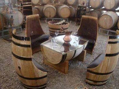 Tafel en stoelen van oude wijnvaten. Hoe cool is dit!