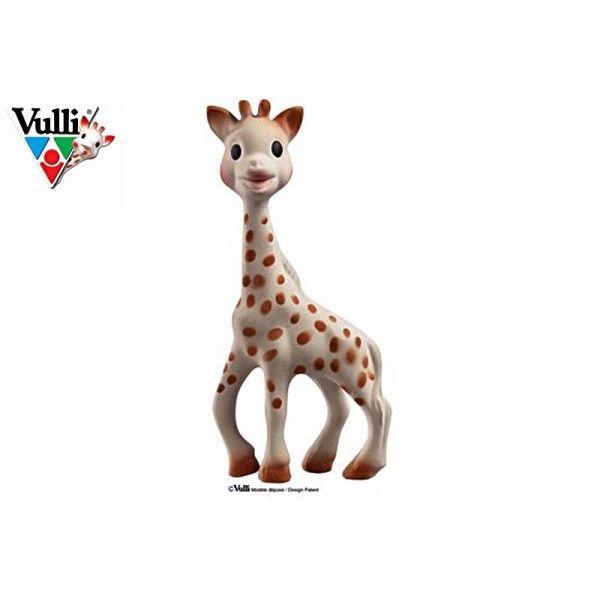 Incontournable, Sophie la girafe fait l'unanimité chez les bébés. Facile à saisir et à manipuler grâce à son long cou, à sa tête ronde et à ses grandes pattes. Sophie la girafe est composée de caoutchouc naturel (comme la tétine du biberon) et de peinture alimentaire, bébé peut la mordiller sans danger.