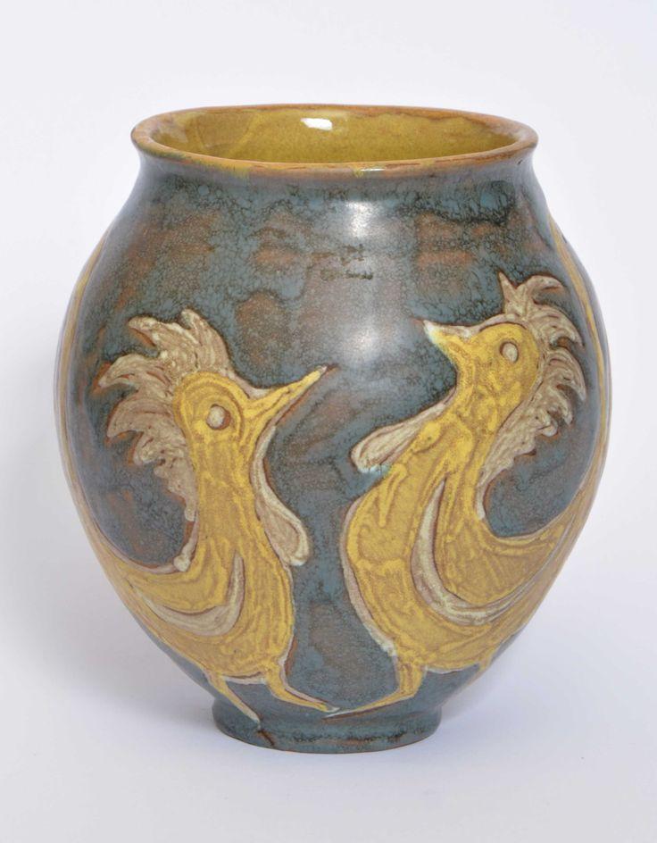 Gorka Lívia: Váza madár motívumokkal 1950 körül Jelezve a talprészen: Gorka Lívia M: 15 cm GY16/40e