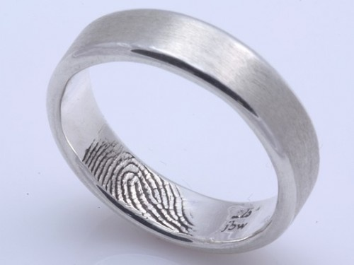her fingerprint in his ring, cool idea