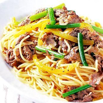 オイスターソースで中華風の味に「牛肉とにんにくの茎のスパゲッティ」のレシピです。プロの料理家・渡辺有子さんによる、牛薄切り肉、、にんにくの茎(芽)、パプリカ、スパゲッティなどを使った、577Kcalの料理レシピです。