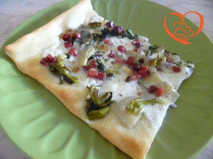 Pizza con cipollotti,cipolle e speck http://www.cuocaperpassione.it/ricetta/51361f4c-9f72-6375-b10c-ff0000780917/Pizza_con_cipollotticipolle_e_speck