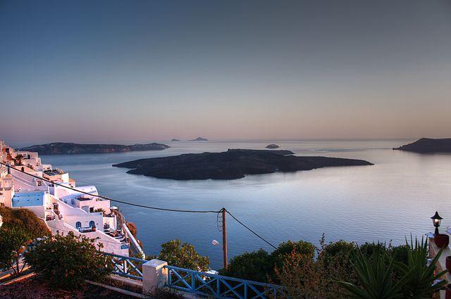 Santorini, na Grécia, fica no topo de uma cadeia de vulcões. Veja outras cidades que convivem com esses vizinhos perigosos: http://www.360meridianos.com/2015/04/9-vulcoes-ativos-no-mundo-para-voce-visitar.html