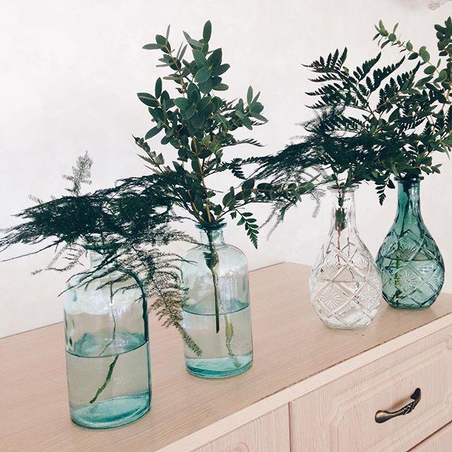 У нас тут очень ботанично🙈🌿 #botanical #botanicwedding #ilovemyjob #weddingart #wedding_art_decor #vscoua #vscocam #vsco #хештегинашевсе #l4l #likeforlike #like4like #glasses #bottles #tavenko_to_be #nomoreshatskaya #зелень #ботаник #свадьба