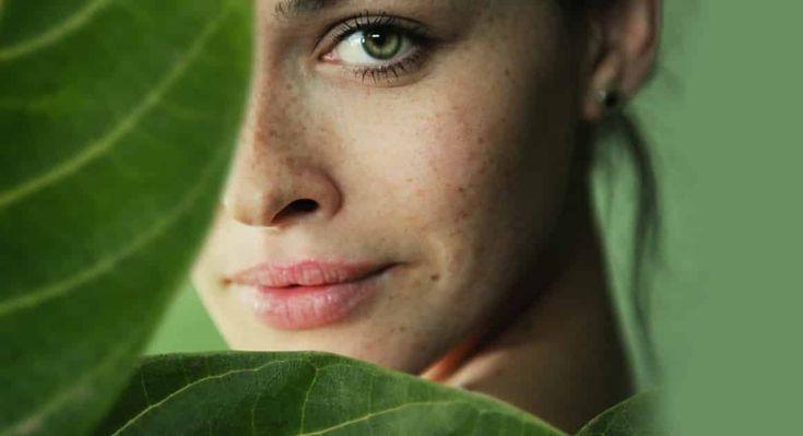 Certaines personnes ont une belle peau naturellement, tandis que d'autres doivent adopter une bonne routine pour espérer avoir un joli teint. La pollution, les déséquilibres hormonaux, le stress, le mode d'alimentation… Autant de facteurs qui peuvent dégrader l'apparence de la peau. Voici une liste de gestes à adopter au quotidien pour avoir un beau teint…
