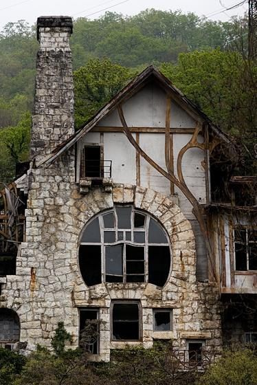 I am in love with the design of this building.  It's too bad it's abandoned.