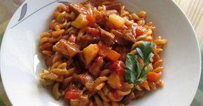 Receta para Guiso de fideos . Un plato tan sencillo como rico, un guiso de fideos hélices con vegetales (tirabuzones), con daditos de patatas y de zanahoria y trocitos de carne magra de cerdo (jamón).