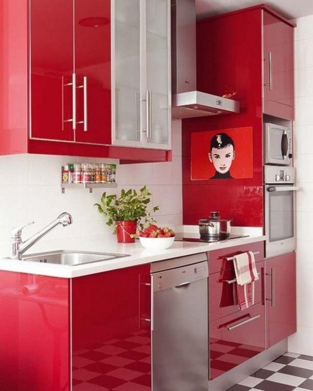 une cuisine rouge avec un dosseret de carrelage blanc