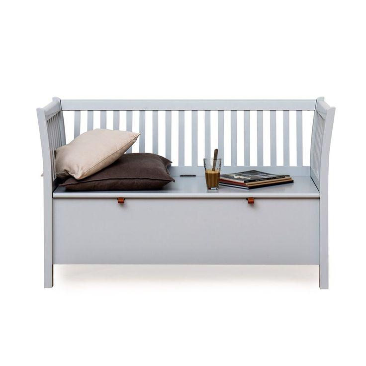 Seaside Liten kökssoffa från Oliver Furniture är en praktisk sittmöbel som erbjuder fin förvaring. Kökssoffan är tillverkad i lackad massiv björk och finns i utförandena vit, grå eller svart. Kökssoffan finns även som längre variant. Dyna ingår ej.