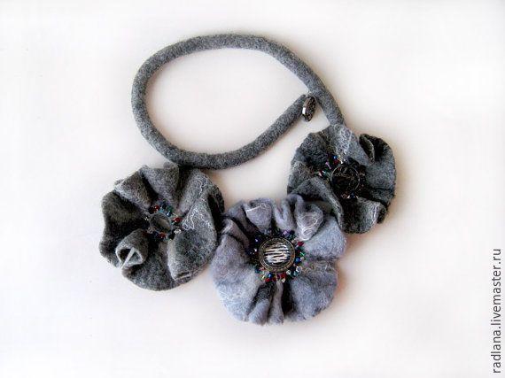 "Купить Ожерелье из войлока ""Туман"" - украшение, аксессуары, ожерелье, фелтинг, бисер, весна, шелк, серый"