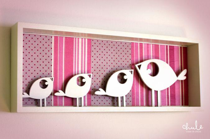 Familia de pajaritos es un cuadrito 3D, la mamá pajarito y sus 3 pichoncitos hechos en madera pintados a mano, con un fondo en papeles estampados y coloridos, combinalos como más te gusten. Tenemos muchas opciones para ofrecerte.  Medidas: 39x15 cm Podés decorar las paredes de su habitación y darle un toque de felicidad a todos sus días!!