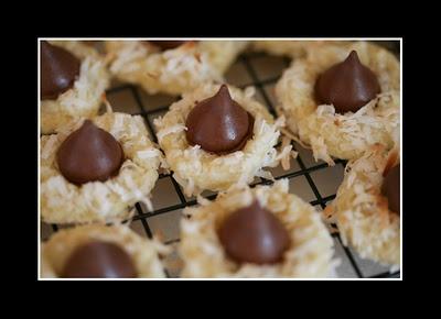 Macaroon Kiss Cookies: Yummy Snacks, Cookies Chocolates, Cravings Cookies, Chocolates Kiss, Sweet Treats, Cookies Christmas, Bar Cookies, Macaroons Kiss, Kiss Cookies