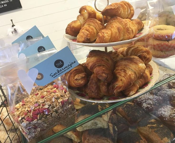 Godmorgon! Vi är i full gång i butiken. Så roligt att se att folk är så morgonpigga och köper bröd en regnig lördagmorgon! Det värmer våra hjärtan. Idag är det premiär för vår egenrostade müsli med torkade hallon och kokos! Lyxa till det det är ju ändå lördag  #sockermajas #frukost #trevlighelg