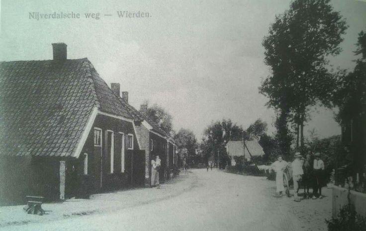 Nijverdalseweg. Voorbij de boerderij aan de linkerkant zien we hetzelfde pand nog eens, waar o.a. bakkerij Heerdink was gevestigd. Op deze plek heeft de familie Vos nu een brood- en banketbakkerij. Deze foto is van 1918 en genomen in de richting van Nijverdal.