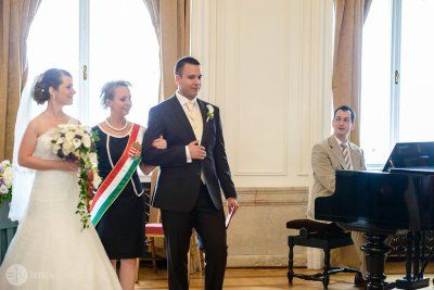 Polgári szertartás: anyakönyvvezető Bakondi Piroska, a zongoránál Hubadúr ceremóniamester (fotó: Víg László)