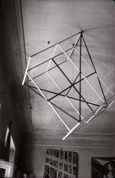 """""""Rodchenko era uno de los artistas constructivistas y productivistas más versátiles que surgieron después de la Revolución Rusa. Trabajó como pintor y diseñador gráfico antes de pasar a fotomontaje y la fotografía. Su fotografía fue socialmente comprometida, formalmente innovadora, y se opuso a una estética pictórica. """"-"""