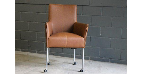 De Lotto stoel is een veelzijdige stoel. Geweldig als eetkamerstoel maar even mooi en praktisch als conferentiestoel. De comfortabele zit en de solide parketwielen maken deze moderne klassieker helemaal af. 58x92x51 (bxhxd) zithoogte 49 cm, zitdiepte 45 cm De armleuning is 66,5 cm. Ui
