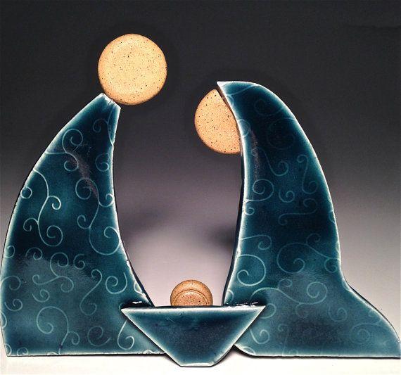 Este pesebre de la Natividad es cerámica artesanal; un pie, una sola pieza pesebre estrenando mi nuevo estilo contemporáneo, perfecta para los coleccionistas! Combinación de Buff manchadas con una arcilla blanca, cada obra de arte es rodado, textura y montado por mí en mi estudio de Arizona. Después del primer viaje a través del horno, los cuerpos y pesebre están cubiertos con mi nuevo azul pavo real antes de su segundo disparo a 2250 grados. Entonces se agregan los soportes de respaldo para…