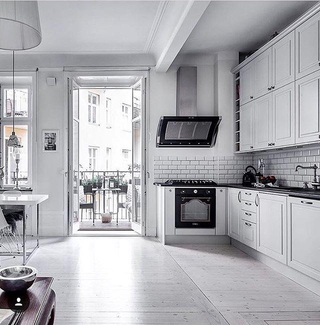 Vackert och klassiskt kök med en Rustik som pricken över I:et i denna sekelskifteslägenhet. Repost @alexanderwhitesthlm #fjäråskupan #rustik #rostfritt #klassisktkök #sekelskifte #interior #interiordesign #interior123 #homeinspo #kitcheninspo #inspo #spiskupa #köksinspiration #kjøkkeninspirasjon #kök #kitchen #kjøkken #scandinaviandesign #hantverk #svenskthantverk