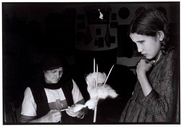 Κρήτη, 1964, φωτό: Κωνσταντίνος Μάνος – Γιαγιά και εγγονή γνέθουν το μαλλί