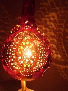 Lampa została wykonana z wydrążonej tykwy. Uczeń przy pomocy taty naniósł wzór i nawiercił otwory. Tata zamontował żarówkę z kablem i wtyczką.