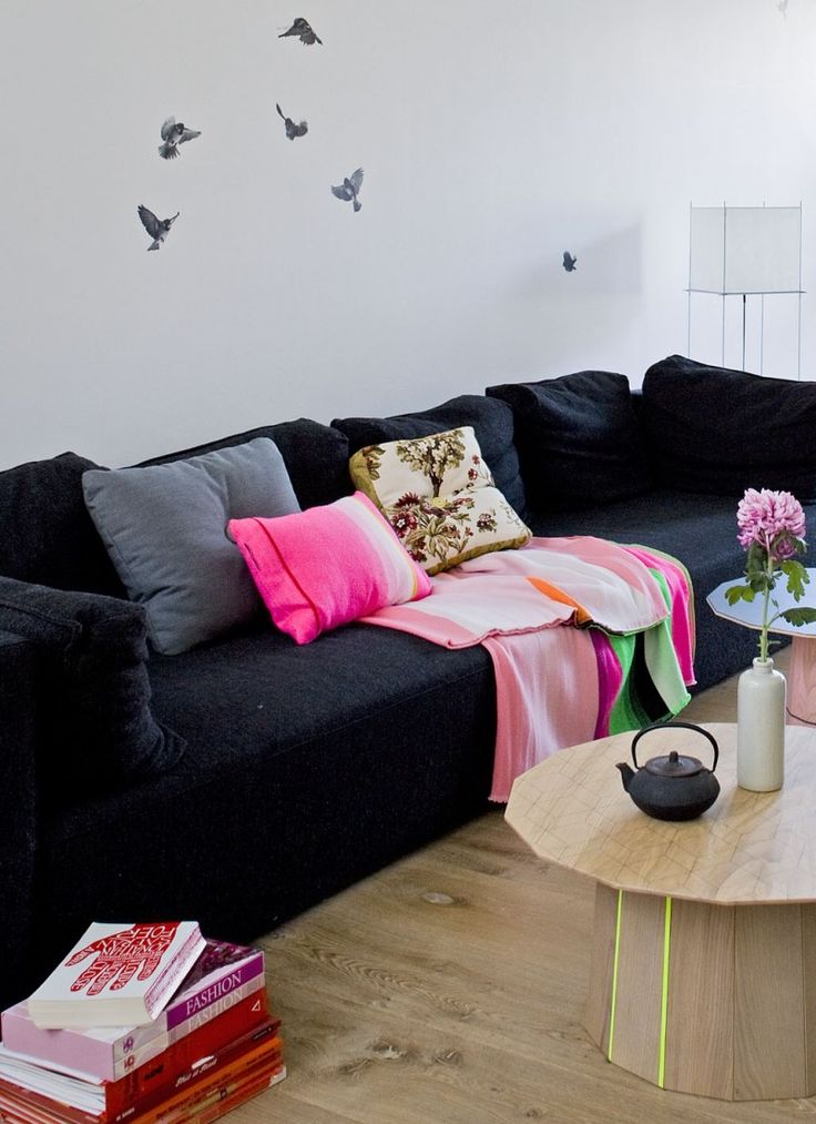 rotterdam-herenhuis-woonkamer-zwart-bank-met-fluor-kussens-en-plaid