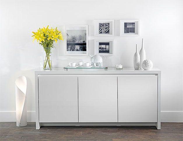 Tok&Stok Hall A neutralidade do branco é uma boa opção para pequenos ambientes de passagem.