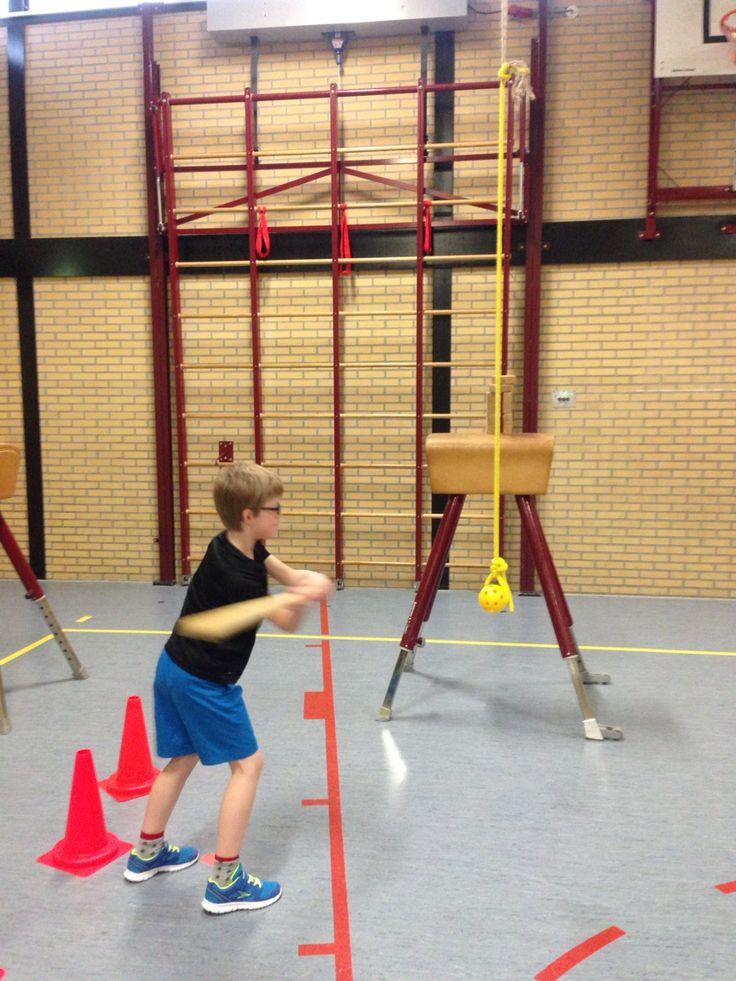 Wegspelen van gatenbal aan touwtje met knuppel. Sla de stapel blokjes van de bok.
