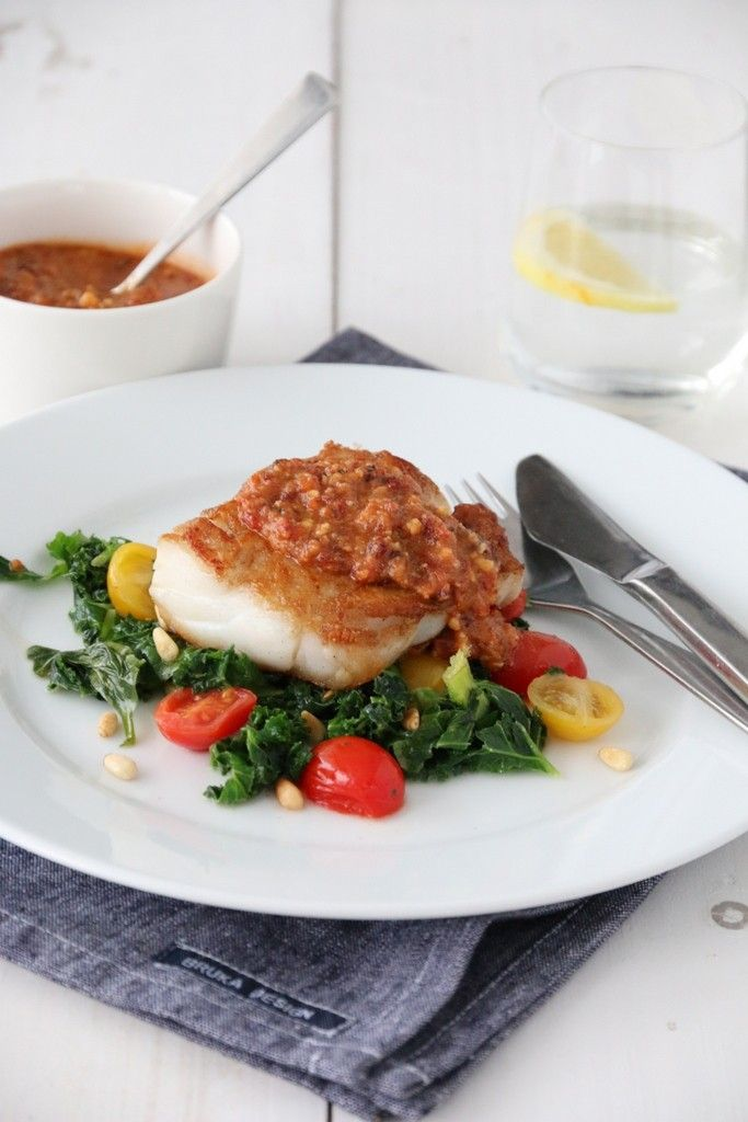 Pannestekt torsk med smørstekt grønnkål og rød pesto - Trines matblogg -