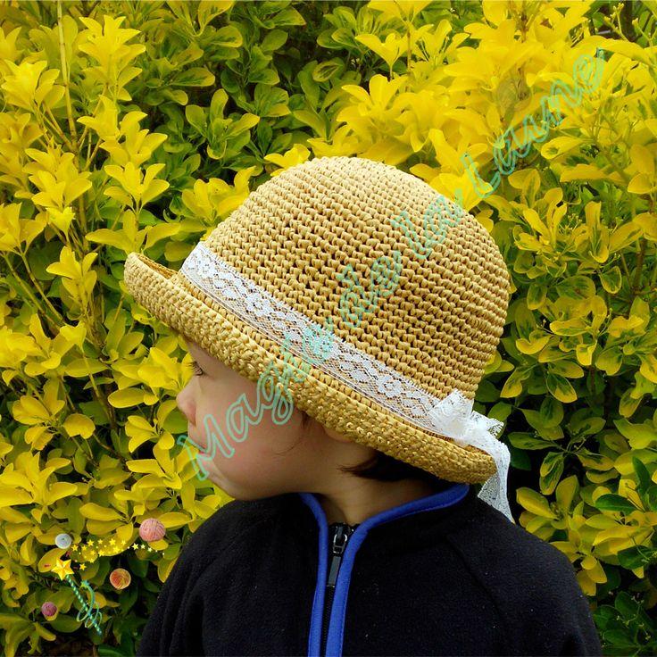 Chapeau raphia aved dentelle pour enfant. Le kit: http://www.magiedelalaine.com/kits-tricot-bonnet/232-kit-a-crocheter-chapeau-raphia-ruban.html Le modèle: http://www.magiedelalaine.com/modeles-bonnet/231-modele-chapeau-ruban-ruban.html