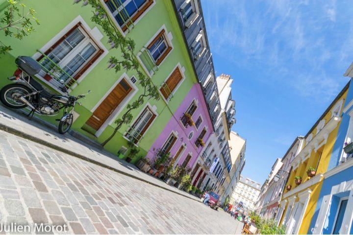 Notting Hill à Paris : rue Crémieux (12ème). Les aficionados de la capitale britannique trouveront sûrement à cette rue pavée des faux airs de Portobello Road, dans le quartier pastel de Notting Hill. Murs peinturlurés, façades arc-en-ciel et fresques en trompe l'œil. C'est un peu l'excentricité londonienne qui déboule à Paris. Métro : Quai de la Rapée