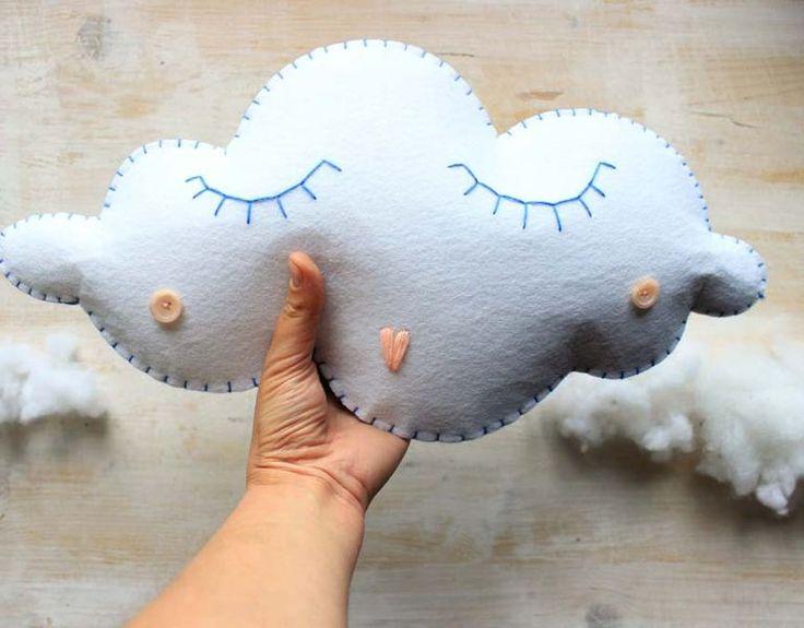 Keçe çalışmalarına uzun bir süre ara vermiştik. Ama şimdi güzel bir model bulduk ve sizinle paylaşmaya karar verdik. Bulut yastık yapımından bahsedeceğiz.