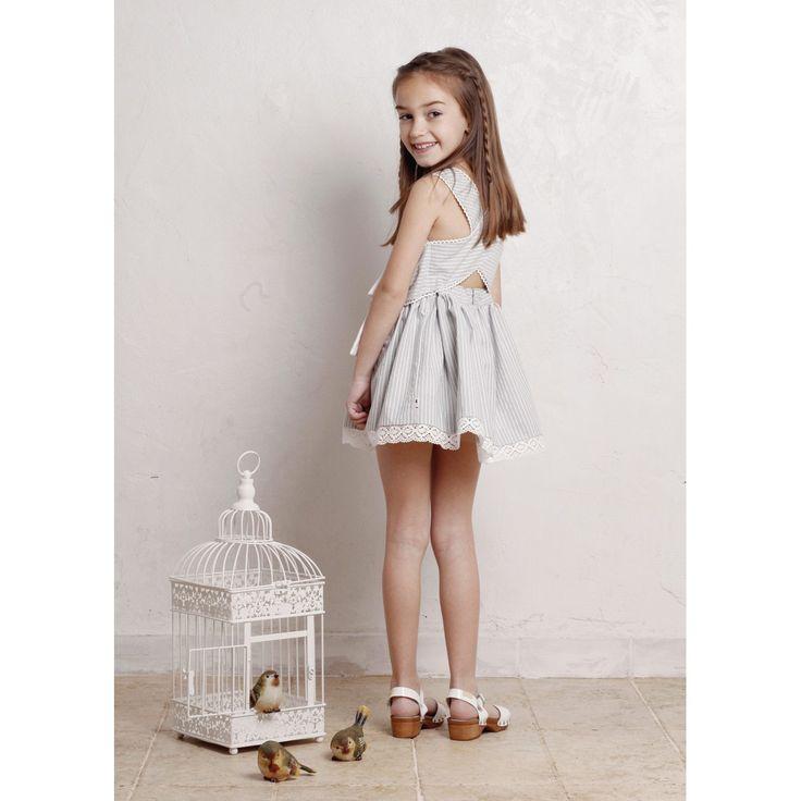 elegante vestido de niña gris de tirantes invitada a boda verano de algodón con lazo y puntilla