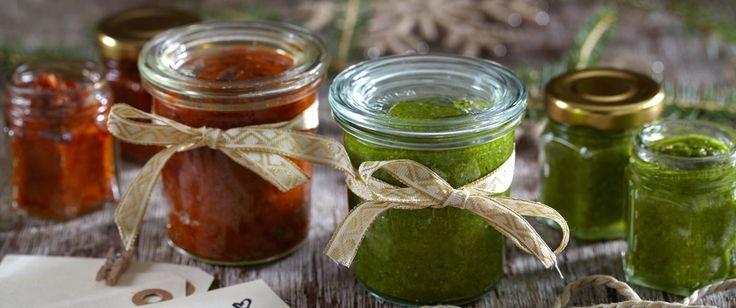 """Pesto er en fantastisk saus som har utallige bruksområder. Bruk den som en saus ved siden av annen mat, som dipp, som """"smør"""" på brødskiva, som dressing, til tapasretter, m.m. Her har du en grønn og en rød variant. Den grønne med basilikum og den røde med soltørket tomat og bakt paprika."""