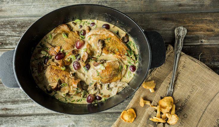 Kylling med urter og kremet soppsaus, druer og estragon. Server den gjerne sammen med kokte eller ovnsbakte poteter.