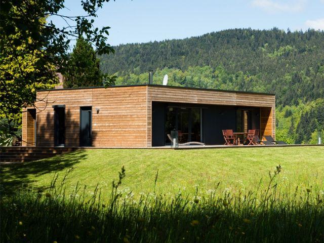 En plein coeur des Vosges a été réalisée une maison en bois au design contemporain, comme le souhaitait son propriétaire. Outre son esthétique, la demeure a également la particularité d'avoir été montée en seulement un jour. Découverte.