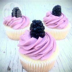 Cupcake de limão com cobertura de amora @ allrecipes.com.br
