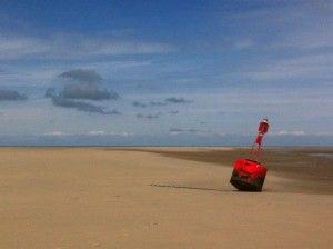 Een boei op het strand van Sainte-Cécile-Plage in Frankrijk
