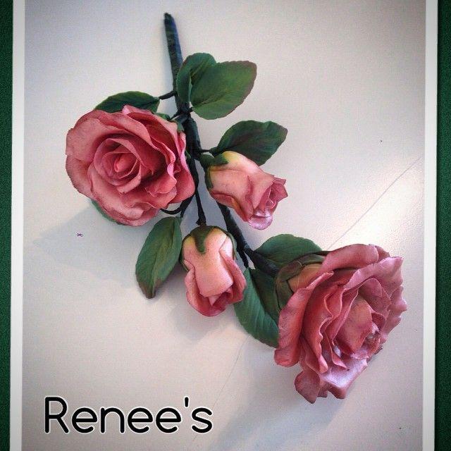 """#handmade #rose #roses #blomsterpasta #sugarpaste #marsipanrose #caketopper  #norway #norge#art ❤️#sugarart #reneeskarsfjord"""