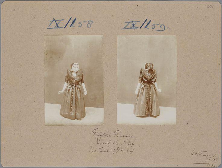 """Axel, meisje omstreeks 3 jaar oud. Kostuum van een meisje uit het land van Axel, die op de tentoonstelling Nationale Kleederdrachten van Harer Majesteits onderdanen in 1898 te Amsterdam werd getoond. De bijbehorende catalogustekst luidt: """"Een zwaar gesteven lap houdt den doek omhoog. de wijde rokken hebben een omvang van bijna drie Meter. Het dragen van schoenen met groote zilveren gespen is sedert betrekkelijk korten tijd uit den smaak geraakt."""" #Zeeland #Axel"""