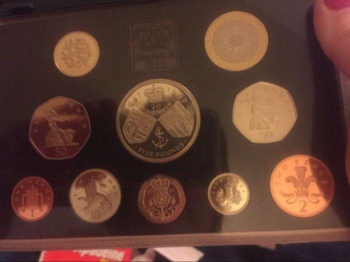 Verenigd Koninkrijk - Yearsets 1997 en 1998 met 1 cent tot en met 5 ponden (totale 20 munten)  Deze munt collectie omvat 4x50p 2 x 2 1 x gouden bruiloft van koningin Elizabeth met prins Phillip 5 1 x vijftigste verjaardag aan Prins Charles 5 2 x 1 p 2x2p 2x10p 2x20p 2 x 1 pond en 2x5p.All-in onbevlekt collectible voorwaarde met bewijs van de Koninklijke munt.Zie foto's voor een goede indruk.Per aangetekende post wordt toegestuurd.  EUR 30.00  Meer informatie