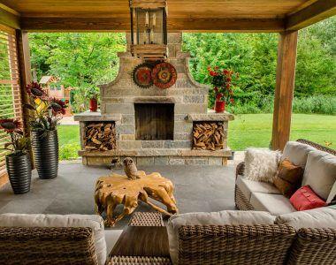 Living-room ! Structure en bois, terrasse, salon extérieur, foyer en pierre naturelle, intimité.