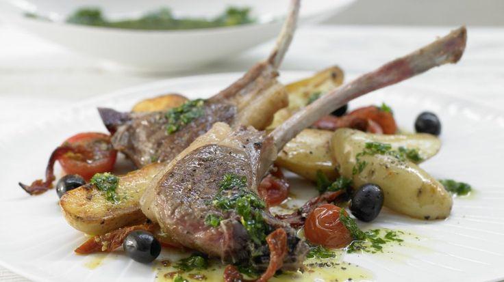 Einfach, aber edel: mediterrane Sterneküche für zu Hause: Lammkoteletts mit Salsa verde und Kartoffel-Tomaten-Gemüse | http://eatsmarter.de/rezepte/lammkoteletts-salsa-verde