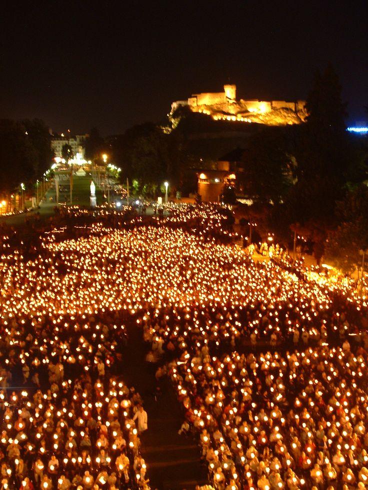 Procession aux flambeaux à Lourdes On a connu de ces processions lors de la Fête-Dieu et du Sacré-Coeur à Québec