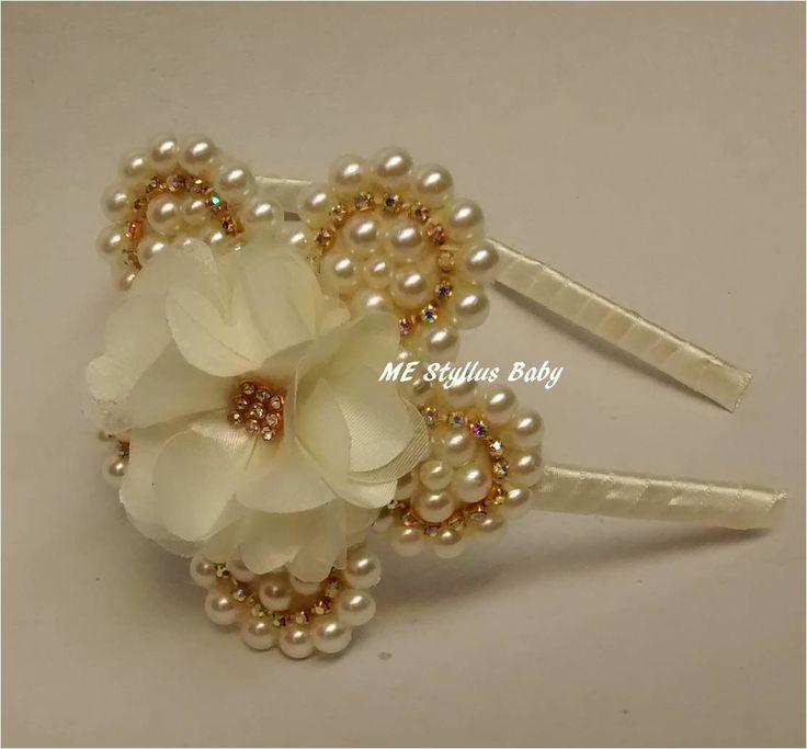 tiara com flor de pérolas, com strass,e flior de organza no centro, arco flexível forrado com cetim na cor marfim, um luxo para as princesas modernas. <br>tamanho da flor:10,5cm