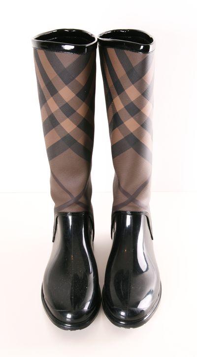 Burberry rain boots. siento que las necesitooo!!