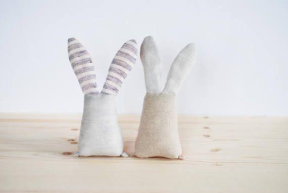 Peluches de hermanas gemelas. Hecho a mano coral bunny conejo juguetes. Juguetes del animal relleno suaves. Juguetes de tela de bebé niña. Regalo para recién nacido. Conjunto de conejos lindos. Navidad juguetes conjunto hecho por Jumatamade. Los bebés les encanta hacer algo suave y tierno en el nap tiempo o antes de dormir. Estos son conejos magníficos y asequible - son un todo-en-uno que entretendrá a los bebés de meses!!! Estoy seguro de que estos conejos increíbles obtendrá la atención…